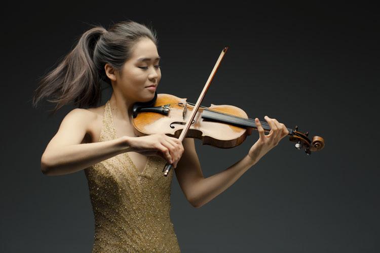 picture Esther Yoo & Czech Virtuosi